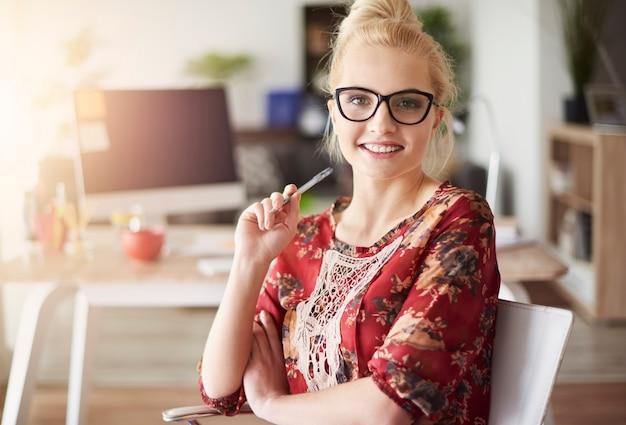 Красивая женщина в ее офисе