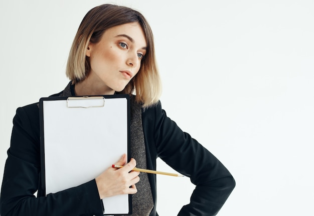 Красивая женщина в куртке с папой документы белый лист бумаги