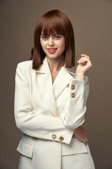 薄手のコートで美しい女性の手で身振りで示す