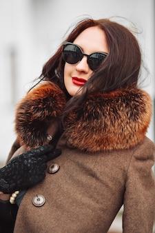 高級毛皮のコートで美しい女性。