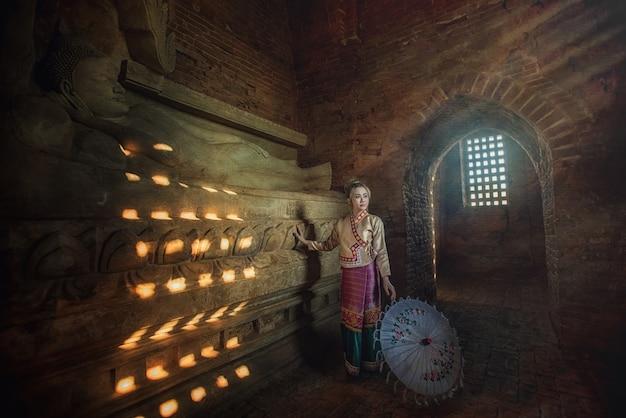 ミャンマーの伝統的な衣装の美しい女性