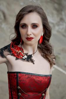 赤いコルセットの美しい女性