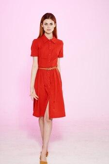 빨간 드레스 패션 우아한 스타일 고립 된 배경에서 아름 다운 여자