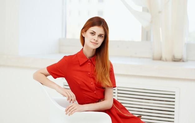 Красивая женщина в красном платье модели стиля моды