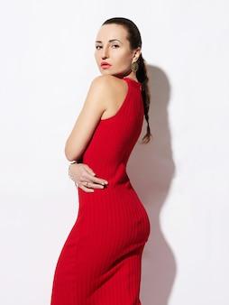 白で隔離赤いドレスの美しい女性