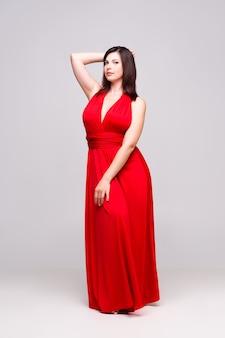 회색 벽, 전체 길이 초상화에 빨간 드레스에서 아름 다운 여자