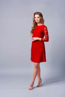 赤いドレスの美しい女性
