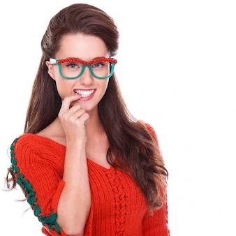 Красивая женщина в красном свитере