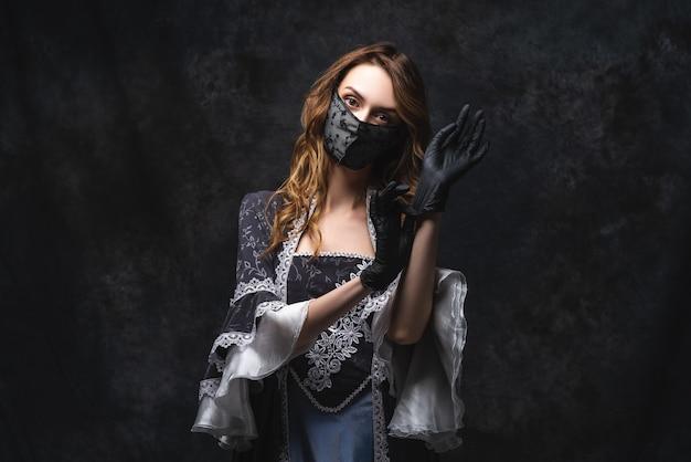 르네상스 드레스, 얼굴 마스크 및 장갑, 코로나 바이러스, covid-19 보호 개념에서 아름 다운 여자.
