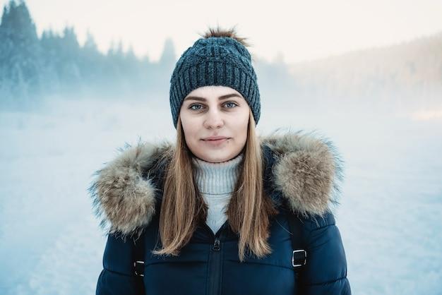 눈 먼지 겨울 시간에 아름 다운 여자