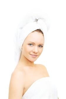 흰색 절연 스파에서 아름 다운 여자