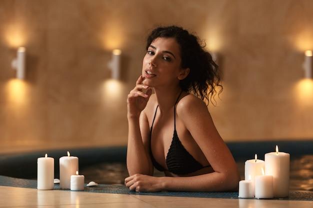 스파에서 아름 다운 여자는 촛불 휴식 거짓말.