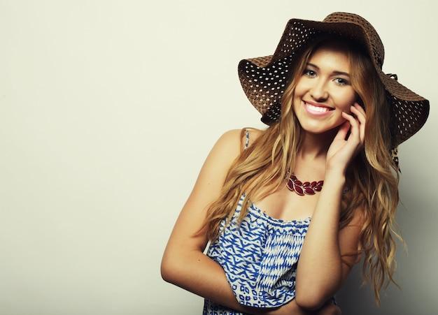 Красивая женщина в соломенной летней шляпе