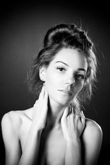 スタジオで美しい女性白黒写真