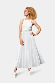 タンクトップとマキシスカートの美しい女性シンプルな夏のファッション全身撮影