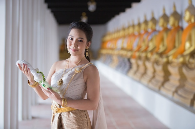 Красивая женщина в тайском старом традиционном костюме, портрет в древнем храме аюттхая