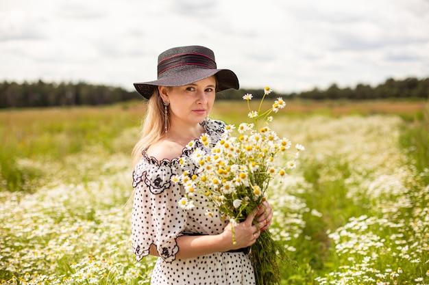 꽃과 함께 분야에서 아름 다운 여자입니다. 고품질 사진