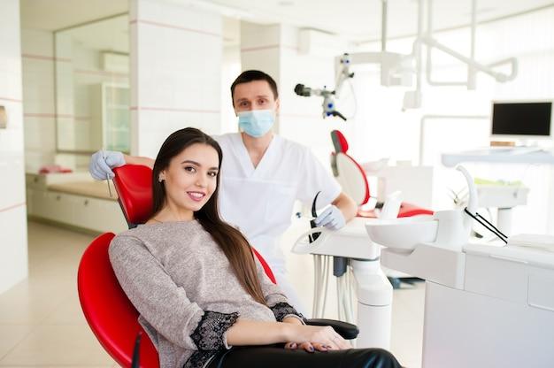Красивая женщина в офисе у стоматолога