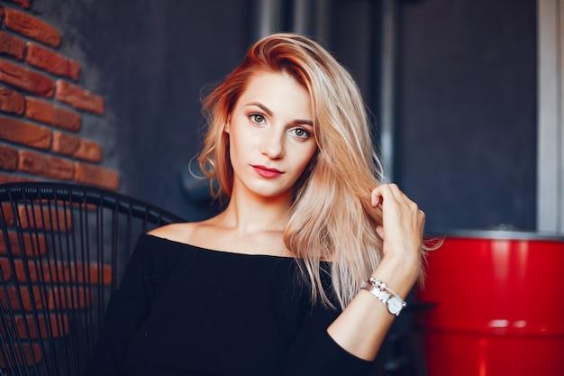 Красивая женщина в студии