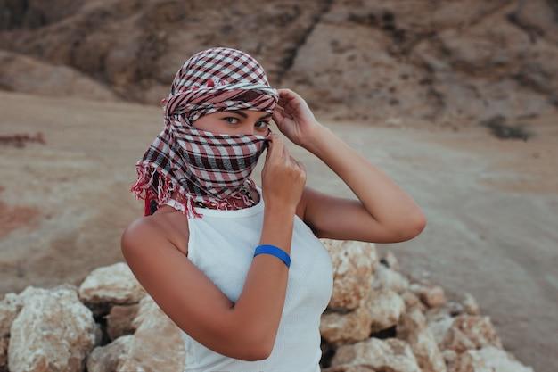 Headscarf와 사파리에 광 야에서 아름 다운 여자