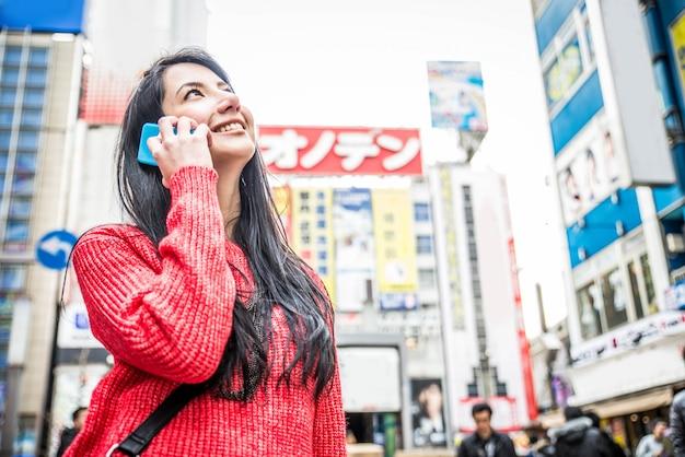 Красивая женщина в токио