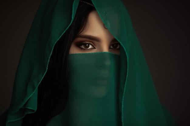 전통 의상을 입은 아름다운 여인