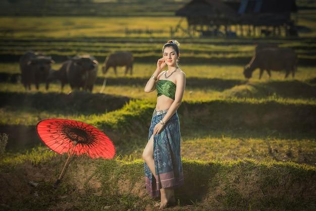 Красивая женщина в костюме традиционного платья, азиатская женщина в типичном тайском платье