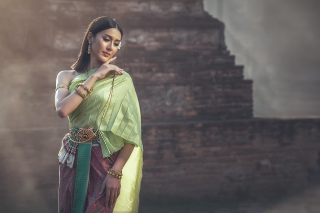 伝統的なドレス衣装で美しい女性