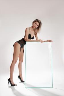 下着姿の美女、完璧なボディ、スリムな体型、弾力のあるお尻とお尻。