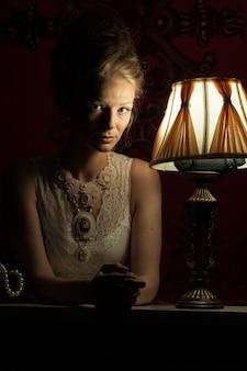 빅토리아 드레스와 인테리어에 아름 다운 여자입니다. 풍부한 라이프 스타일. 빈티지와 역사
