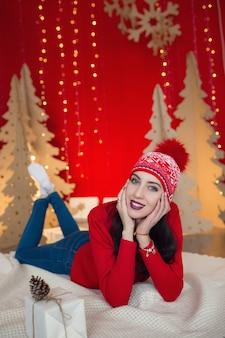 크리스마스에 따뜻한 옷에서 아름 다운 여자