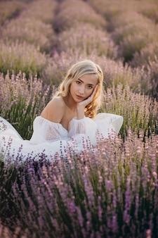 Красивая женщина в свадебном платье в лавандовом поле