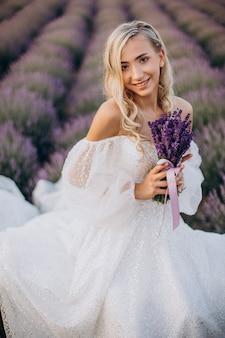 ラベンダー畑のウェディングドレスの美しい女性