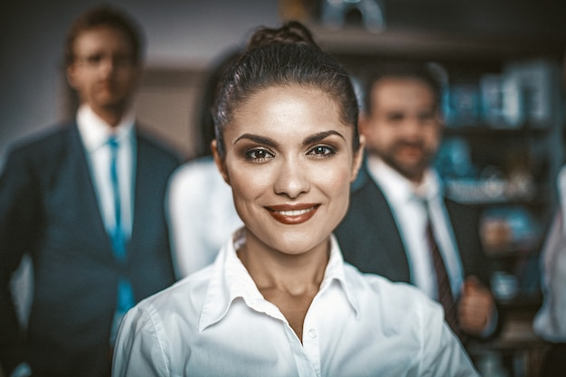オフィスで白いブラウス笑顔で美しい女性