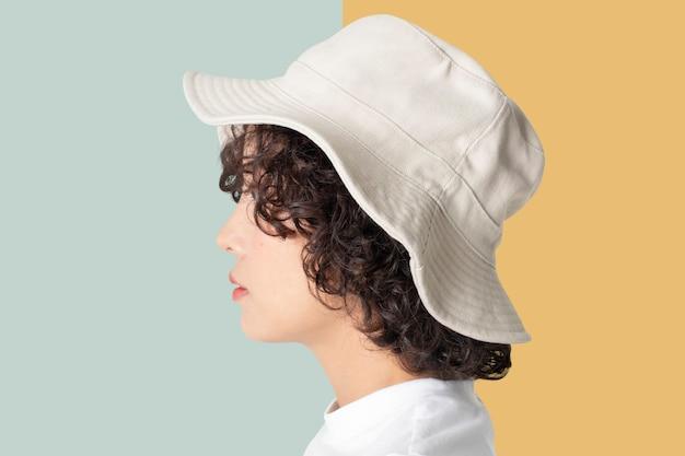흰 양동이 모자 패션 스튜디오 촬영에서 아름 다운 여자