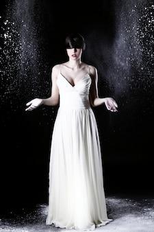 하얀 드레스와 비행 먼지에서 아름 다운 여자