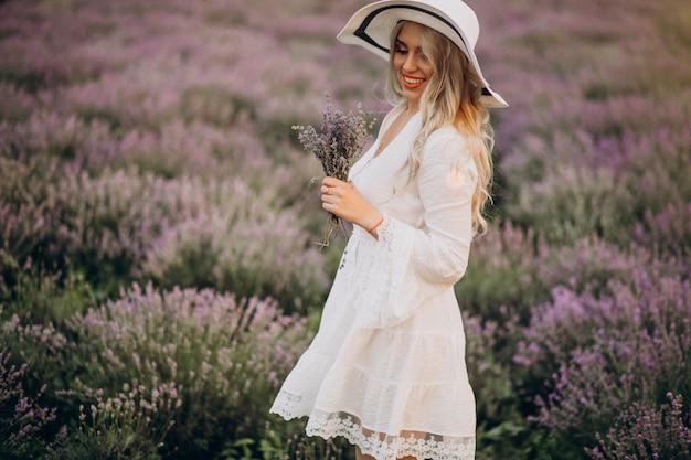 Lavander 필드에서 하얀 드레스를 입고 아름 다운 여자
