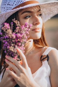 Красивая женщина в белом платье в поле лаванды