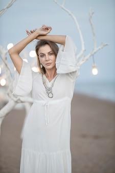 하얀 드레스를 입고 아름 다운 여자