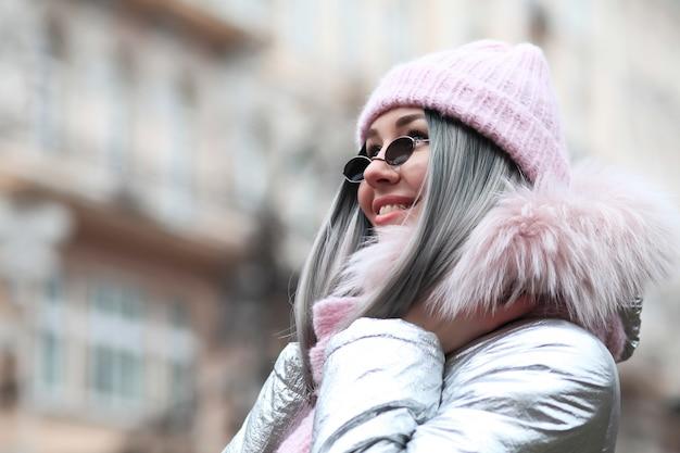 冬の服を着た美しい女性