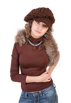 Красивая женщина в зимней шапке, изолированные на белом фоне