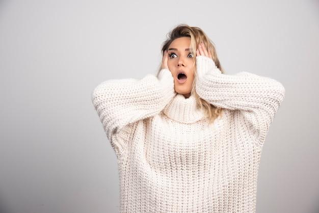놀 보는 겨울 스웨터에 아름 다운 여자입니다.