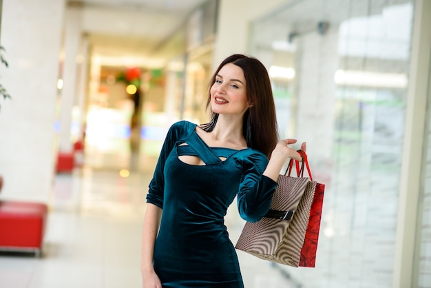 Красивая женщина делает покупки в торговом центре