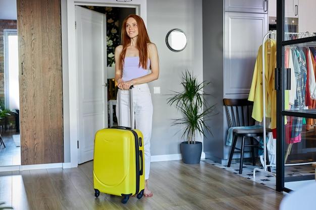 Красивая женщина удивлена, рада переехать в новую квартиру