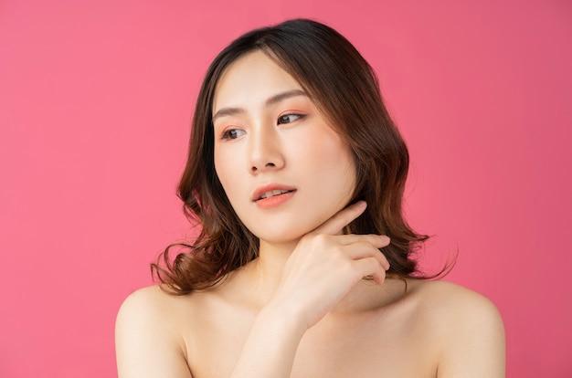 美しい女性が肌の世話をしています