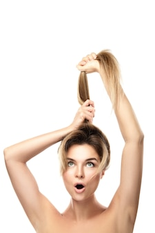 Красивая женщина очень довольна прогрессом роста своих волос. изолированный.