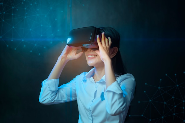 Красивая женщина носит коробку виртуальной реальности