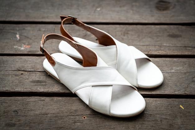 美しい女性の革の靴