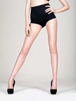 Красивые женские ножки на высоких каблуках, в черных трусиках -