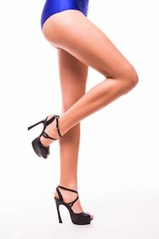 ラバの白いスタジオの背景で隔離の美しい女性の足